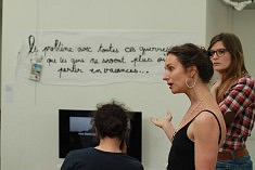 Emilie Moutsis présente son installation, photo Katelia