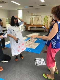 Essayage d'une robe de Mireille Roustit, photo Kanako Akiyama