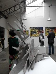 Sculpture de Dakkis et peintures de Romain Zeder (photo Loïs Pommier)