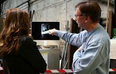 Visite de l'exposition avec le gérant de la métallerie (photo Mô Mathey)