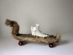 Pascale Leroi, Circulation douce, qui aime me suive, (Skate, fourrure, plâtre, papier, 70x40x26 cm), 2018