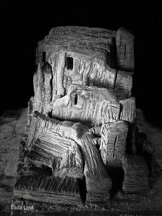Tilda Lovi, Site, 1995 2015, grèsd'Irak, chamotte, patine de l'artiste, 25 x 25 x 38 cm