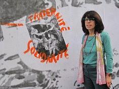 Françoise Gasser devant le mur
