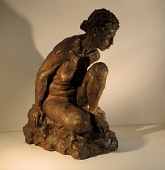 Claudia assise (terre cuite patinée, h 43 cm)