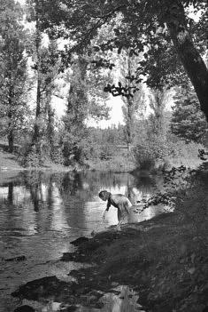 """© Corinne Madelaigue """"Un printemps 49""""  Après la guerre, la paix, cette scène est si paisible, vous entendez l'eau?  Photographie de Jean-Jacques Madelaigue"""""""