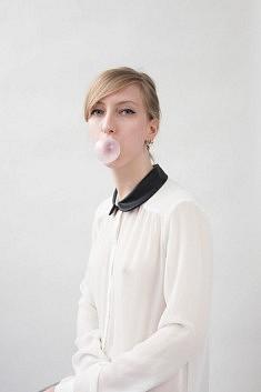 La jeune femme au chewing-gum 1/3