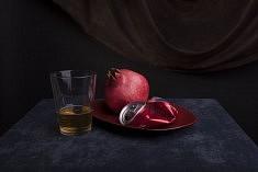 Une grenade, une canette de soda et un verre de bière