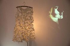 Robe en porcelaine froide illuminée et vidéo « Le Portrait ovale » de Lucie Linder