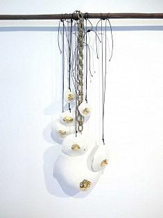 Bijoux en céramique par Jordane Somville (photo Loïs Pommier)