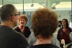 Nicole Pavlowsky devant l'installation collective