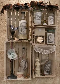 Wanda Torres, Entrepôt des rêves, assemblage : bois-verre-papier-métal-céramique-plumes-résine, 149 x 100 cm, 2018, détail