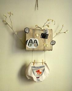 Wanda Torres, Valise de la mémoire I, assemblage : bois-tissus-papier, 90 x 90 cm, 2018