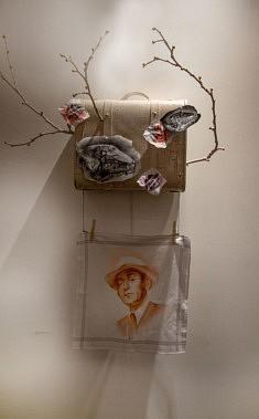 Wanda Torres, Valise de la mémoire II, assemblage : bois-tissus-papier, 90 x 90 cm, 2018