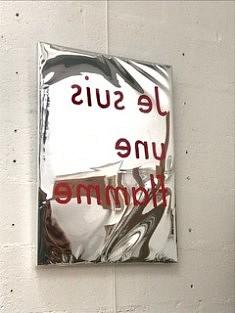 Clémence Vazard, Je suis une flamme,Film, miroir sur châssis, rouge a lèvre, vernis pour peinture, 72x54 cm, 2020