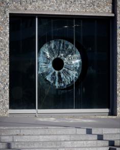 Gilles Brusset, L'œil topographe, 2020, sculpture in situ, vitrine de la terrasse espace d'art place Nelson Mandela, 92 000 Nanterre © Pierre Yves Brunaud