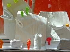 Installation de sculptures dans le cadre d'ateliers avec des enfants de niveau élémentaire.