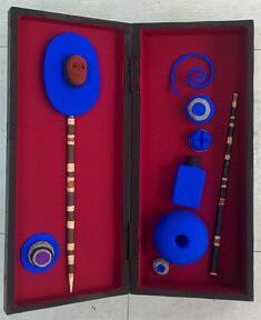 """""""Boîte-souvenirs"""", assemblage en boîte cahier, pigments et papier mâché, 40x30 cm"""