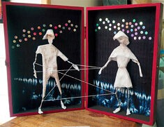 """""""Danse en papier"""", assemblage en boîte- cahier, papier, fil de fer, textile."""