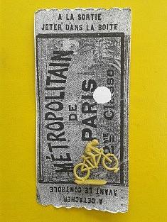 """""""Vélo d'appartement"""". Encore un montage sans photoshop, ni illustrator. Un cycliste en plastique trouvé sur une plage de Sicile cherche son chemin dans le cadre réduit d'un ticket de métro parisien ancien."""