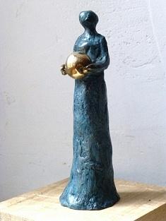Le don - Série des femmes à la boule d'or (bronze à la cire perdue - hauteur 10 cm)