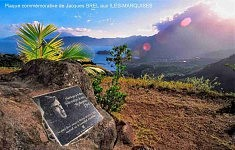 LITHOGRAVURE (1993): Gravure de lettres et portrait de Jacques Brel, Plaque commémorative à Hiva-Oa en Polynésie Française (Photo du Web)