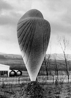 SCULPTURE (1978): « TESTAMENT », Marbre blanc, hauteur 2m x 1m x 1m, « Mermer i zvuci », Arandjelovac, Serbie
