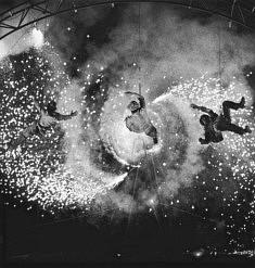 """© Jacques Mallecot  Les Arts de la Rue sont un des domaines les plus créatifs de la culture contemporaine alliant poésie et fantastique. Compagnie Les Karnavires : """"L'Oeil du Cyclone """" Dreux 2004"""