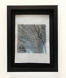 Entrailles – bleu - Monotype sur papier Hanshi et broderie, broderie à la machine, piqué libre, 35 x 25 cm
